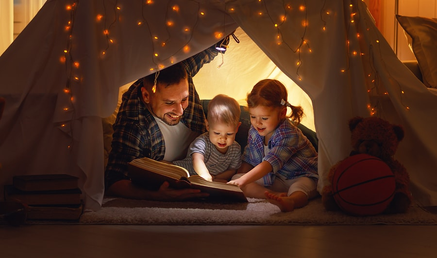 Father reading to kids-min